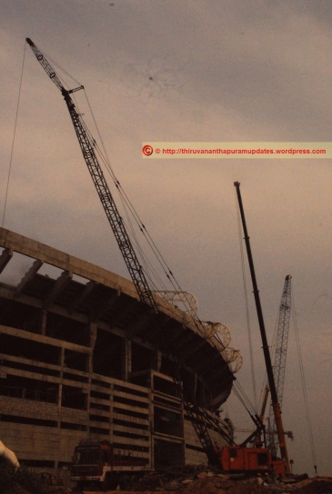 A rarity in Trivandrum the forest of high-capacity cranes The stadium atop the platueau, from the approach road (27-Dec-2014)