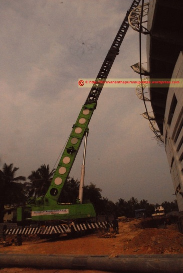high-capacity crane for lifting roof components (27-Dec-2014)